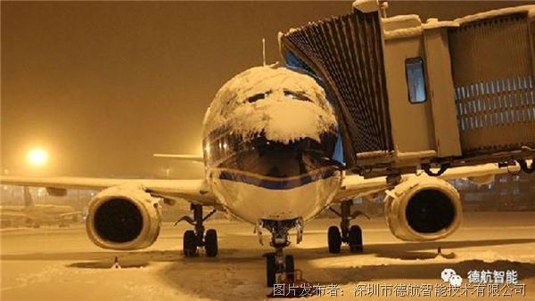 其次是了解现在的除冰方式是什么? 现在的机场除冰方法主要使用经过加热(大于80摄氏度)的混合配比乙二醇除冰液喷洒到飞机的典型表面用以清除冰层并同时起到防冰作用,在一步操作内完成除冰和防冰工作。 最后是除冰的主要步骤。
