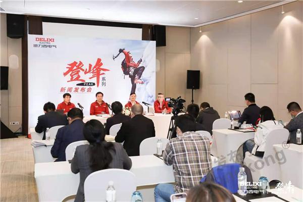 左一:首席增长官杨俊乾先生.jpg