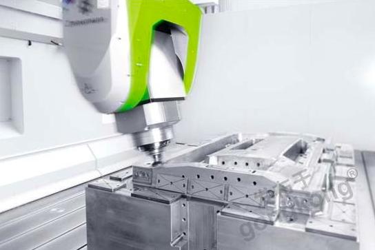 威腾斯坦齿轮齿条系统大幅提高了兹默曼FZ33龙门铣床的系统刚性和速度