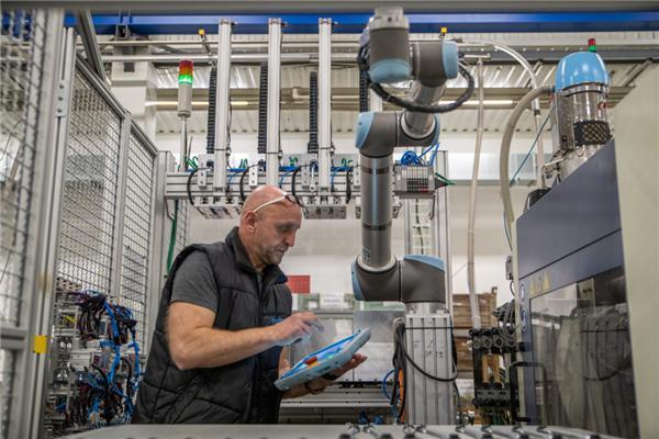 优傲协作机器人帮助企业实现生产自动化